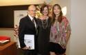 Marianne Stein con dos graduados