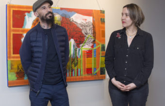 """Exposición """"Simplemente más producción"""" en Concepción"""